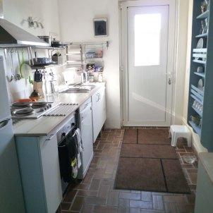 7) Cuisine, vue vers la porte d'entrée: frigo/congelateur; Lave vaiselle
